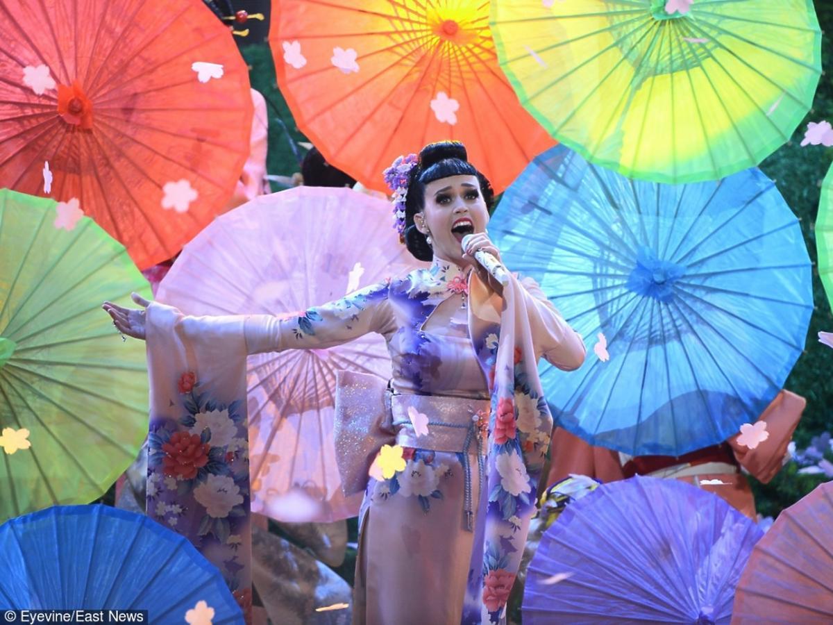 Katy Perry w stroju gejszy z parasolką na koncercie w 2013 roku w Los Angeles
