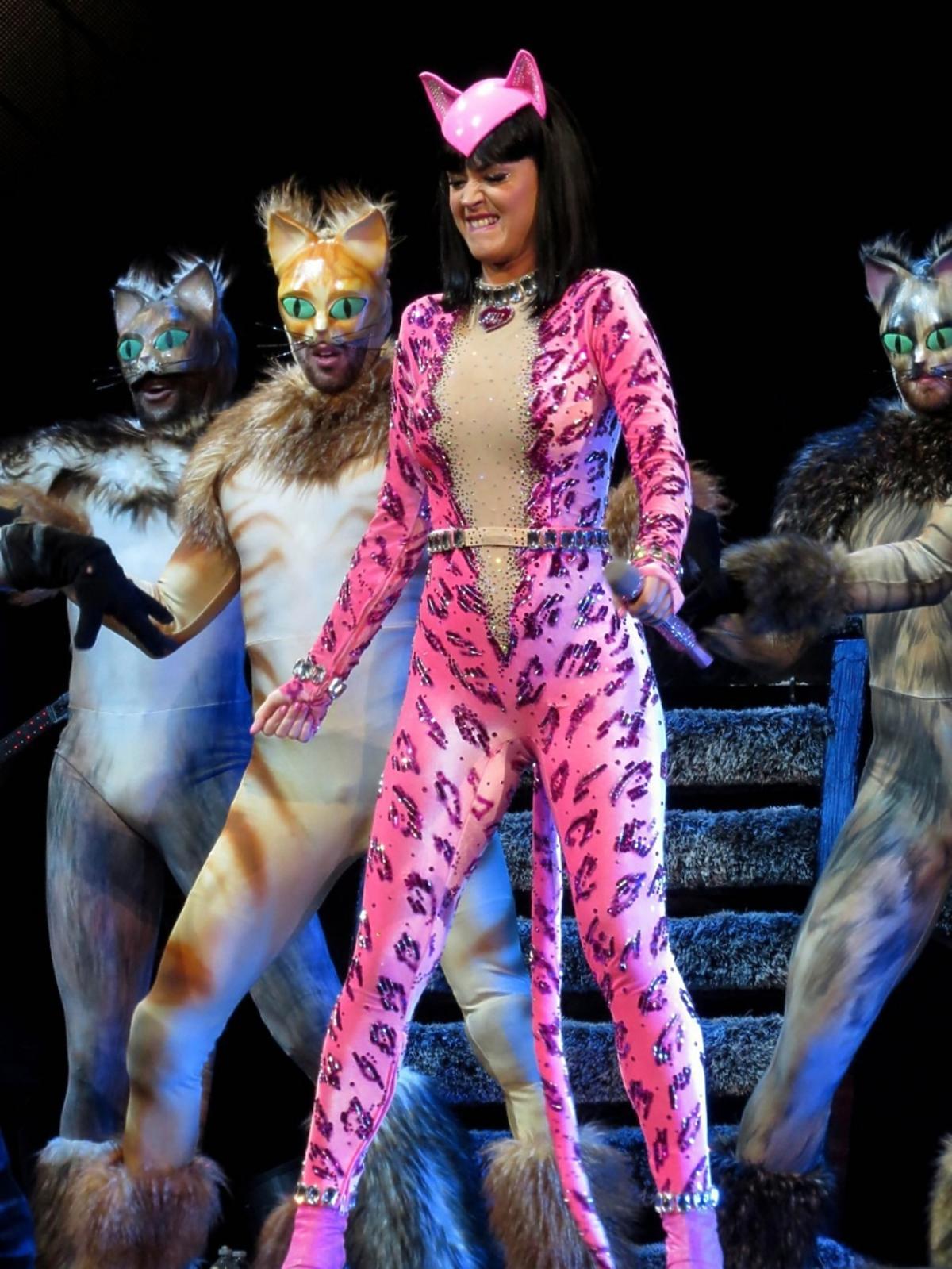 Katy Perry w stroju kota tańczy na scenie w towarzystwie tancerzy na koncercie w Kalifornii