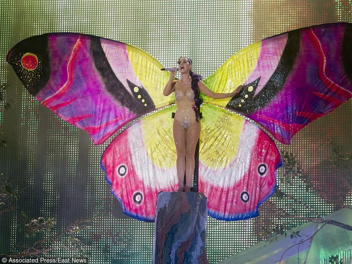 Katy Perry w stroju motyla na koncercie w Toronto podczas Music Video Awards w 2012 roku