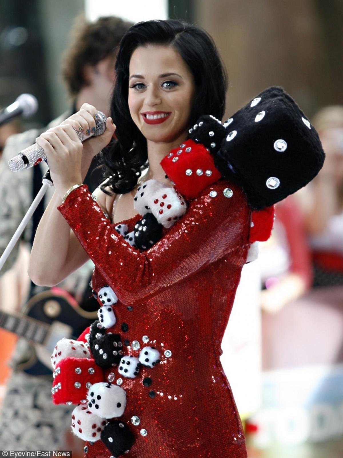 Katy Perry w stroju przypominającym kostki do gry na scenie Rockefeller Center w Nowym Jorku