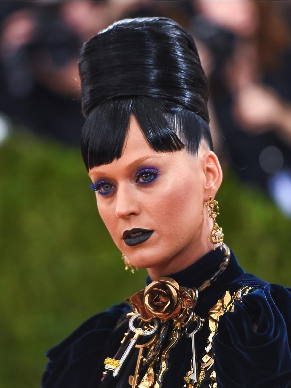 Katy Perry w wysokim koku, czarnych ustach i niebieskich rzęsach
