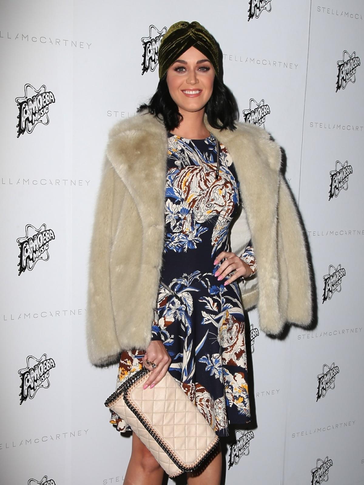 Katy Perry we wzorzystej sukience i beżowym futerku