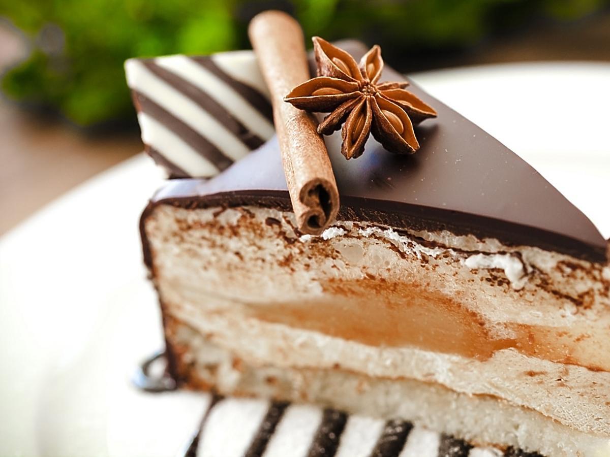 kawałek tortu z polewą czekoladową
