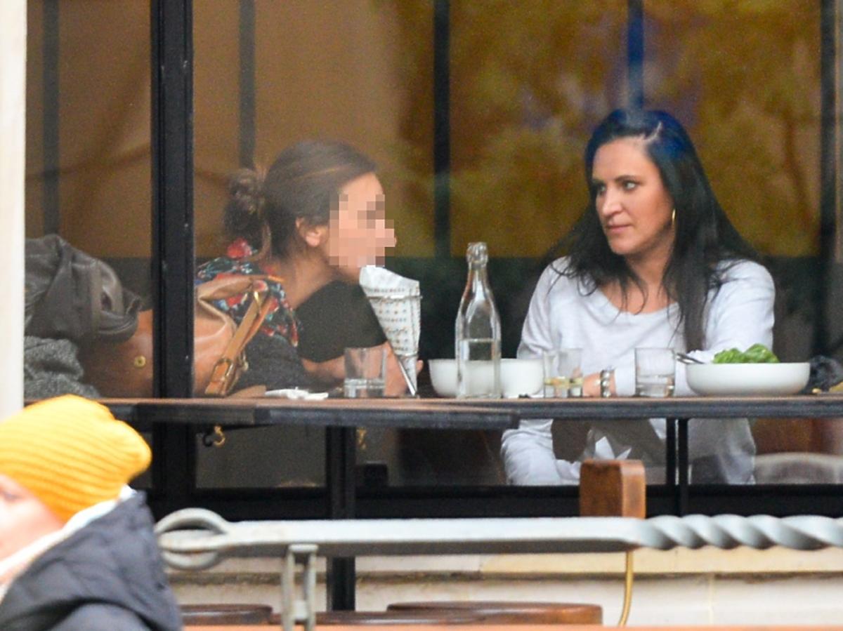 Kayah na spotkaniu w restauracji
