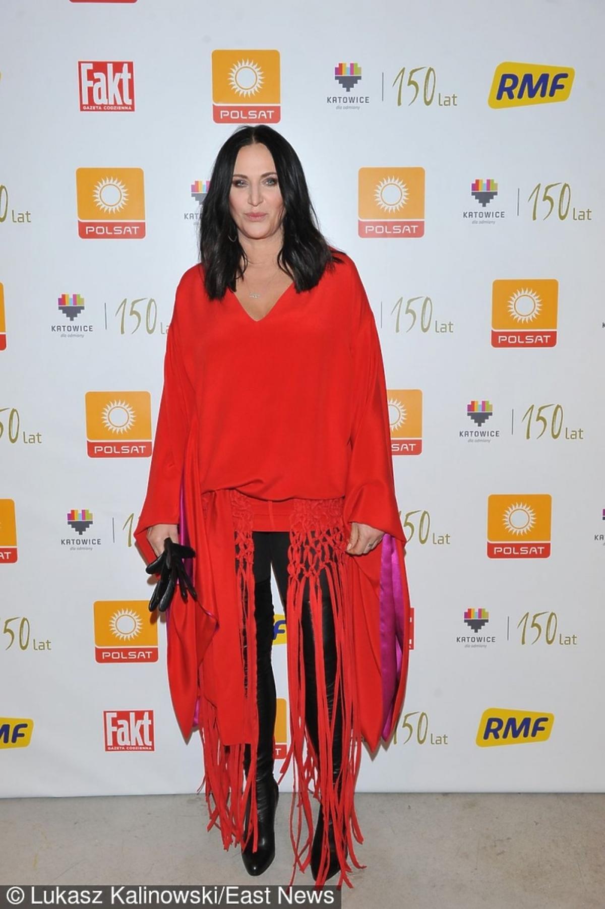 Kayah w czerwonej sukni