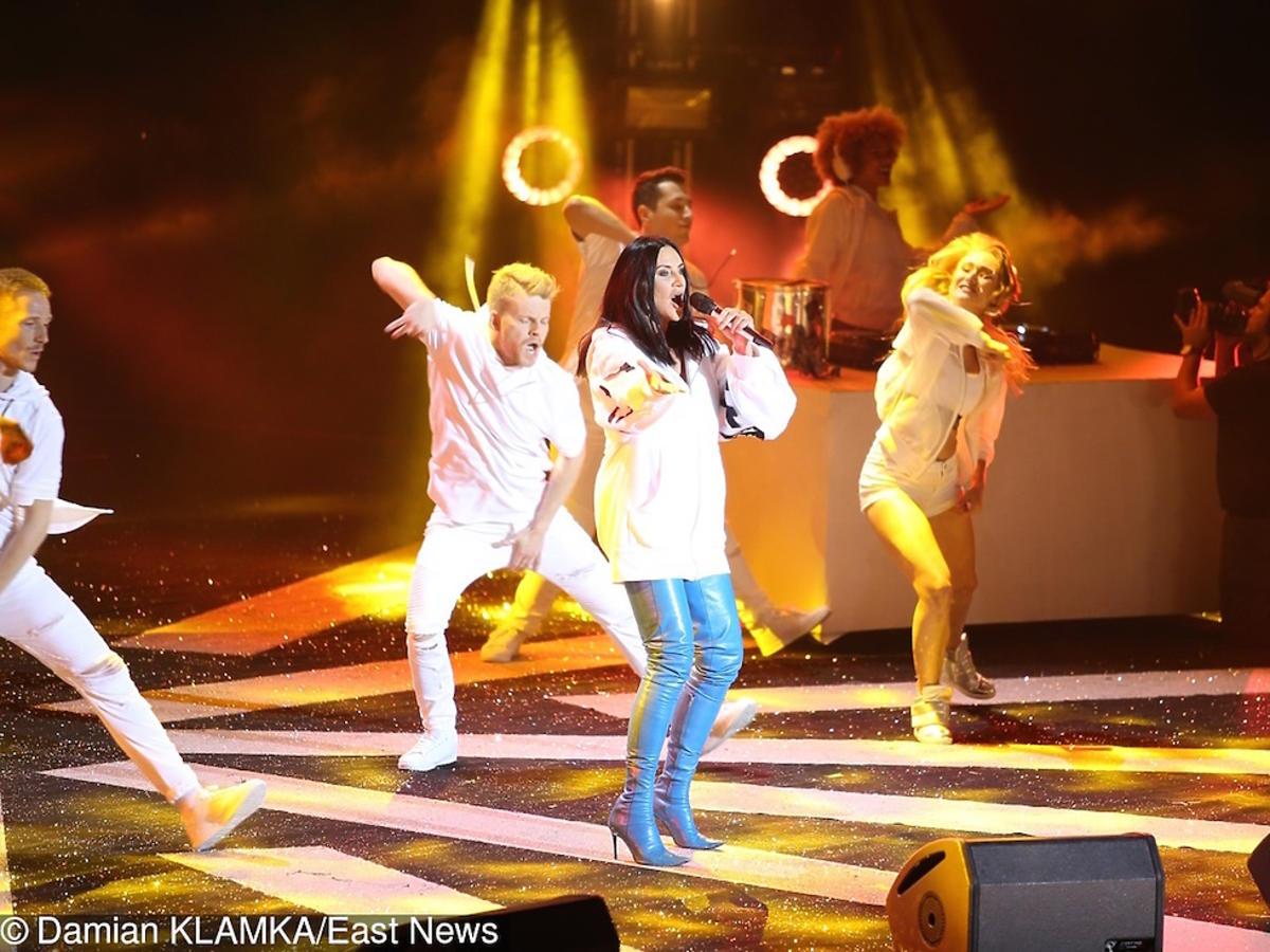 Kayah w niebieskich kozakach na koncercie RMF FM i Polsatu
