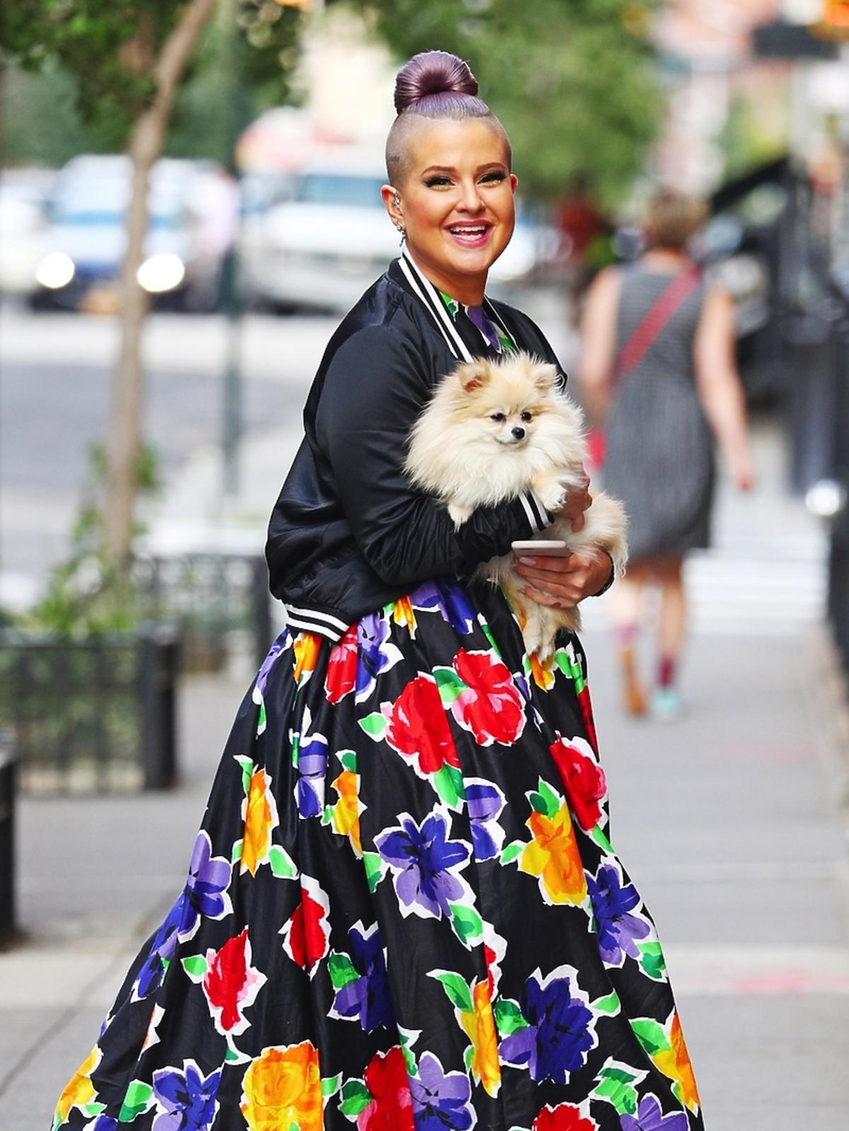Kelly Osbourne w kolorowej sukience w kwiaty