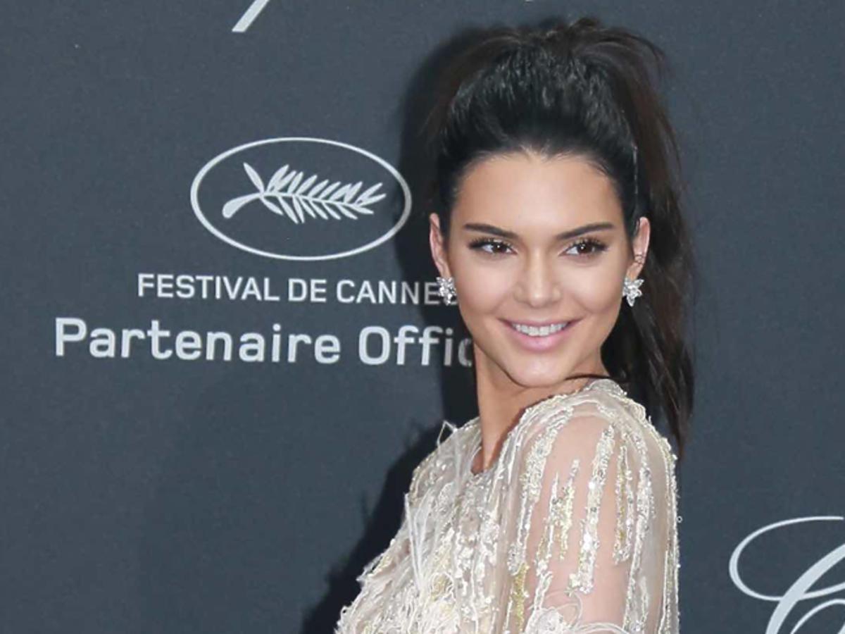 Kendall Jenner w białej sukni i kolczykach gwiazdkach