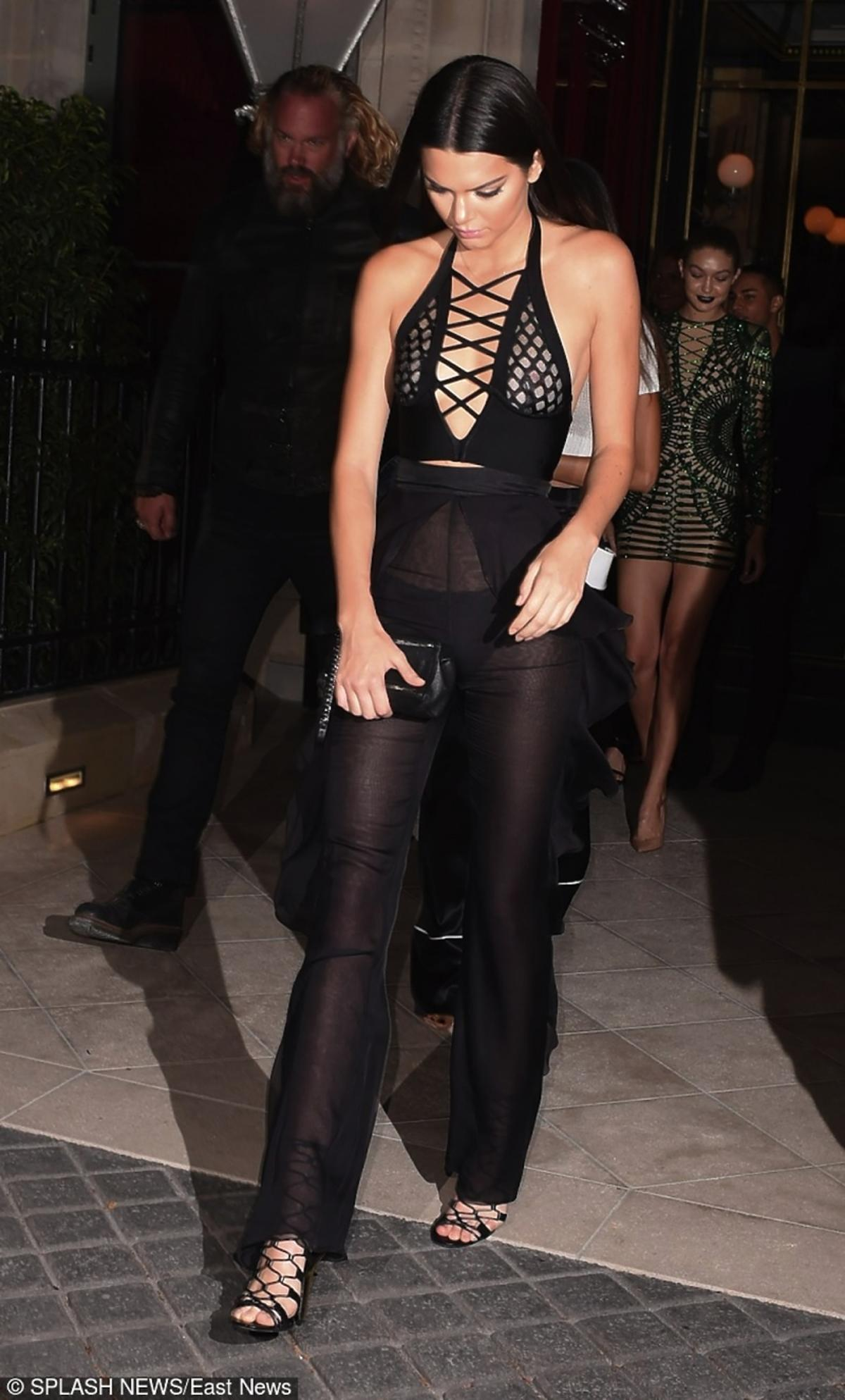 Kendall Jenner w czarnym kombinezonie
