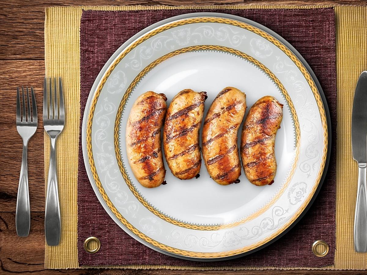 kiełbaski na talerzu