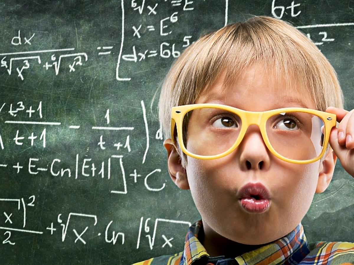 Kilkulatek w okularach na tle tablicy