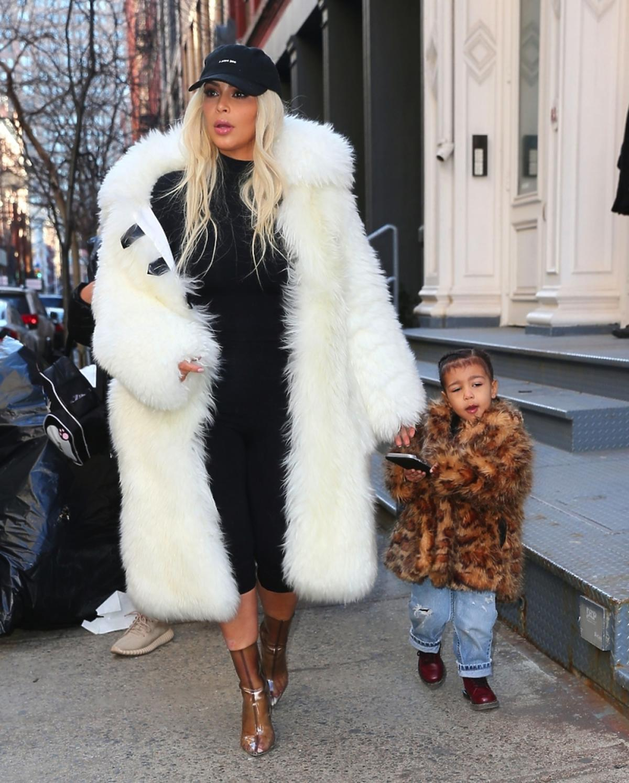 Kim Kardashian i North West w futrach
