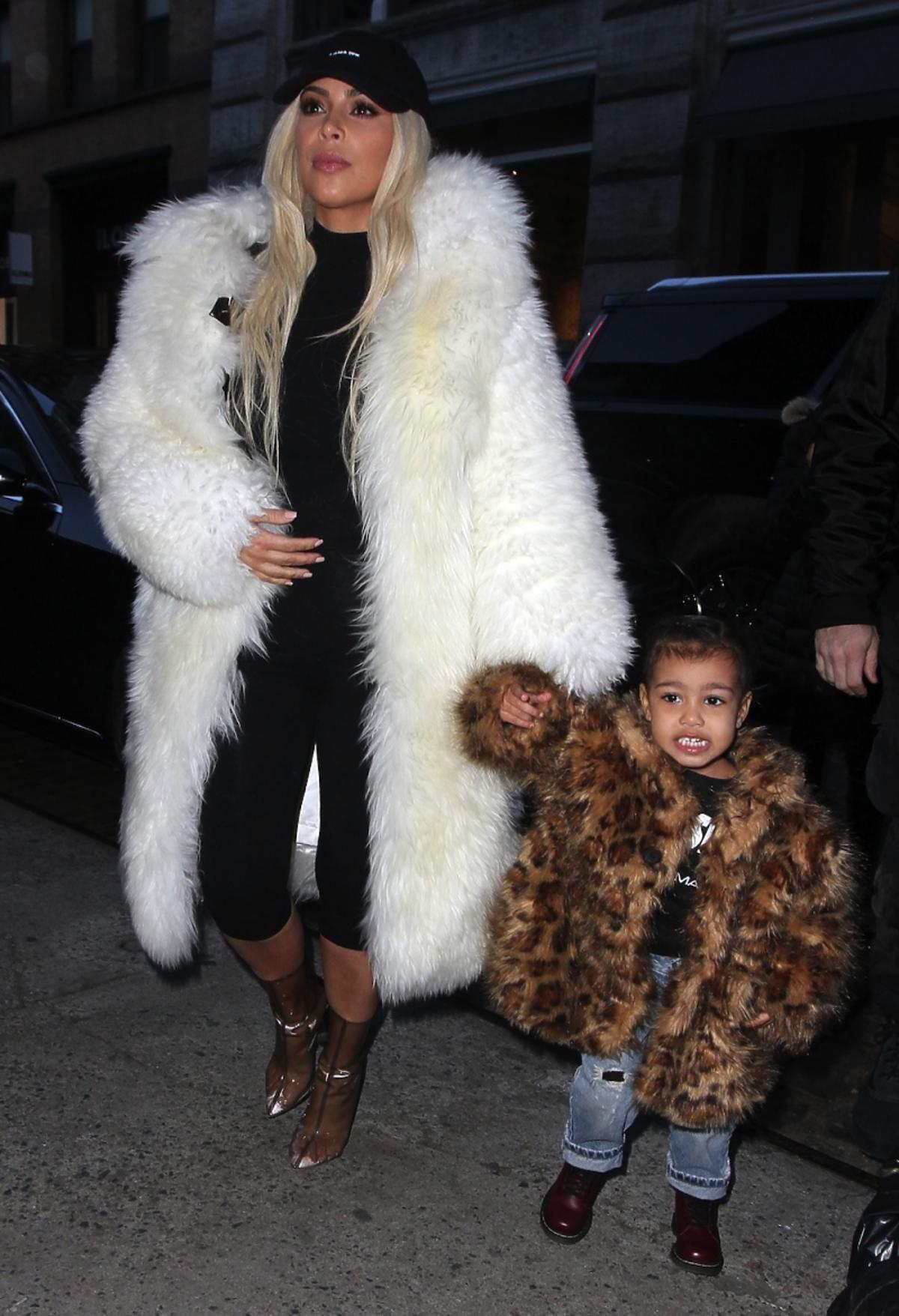 Kim Kardashian i North West w stylizacjach z futrem