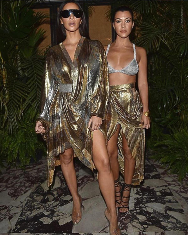 Kim Kardashian, Kourtney Kardashian w złoto-srebrnych kreacjach