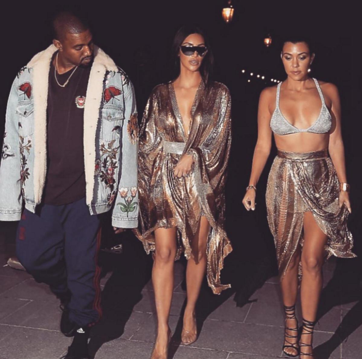 Kim Kardashian, Kourtney Kardashian w złoto-srebrnych stylizacjach, Kanye West w kurtce