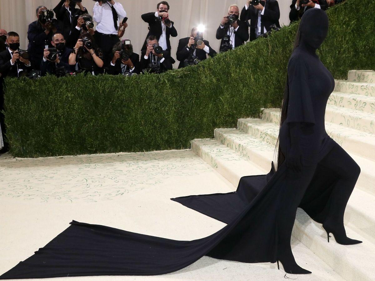Kim Kardashian pojawiła się w kostiumie Balenciagi