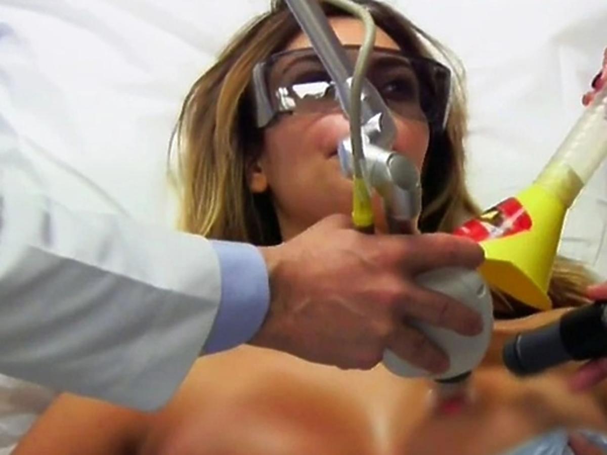 Kim Kardashian poprawia piersi pod okiem kamer