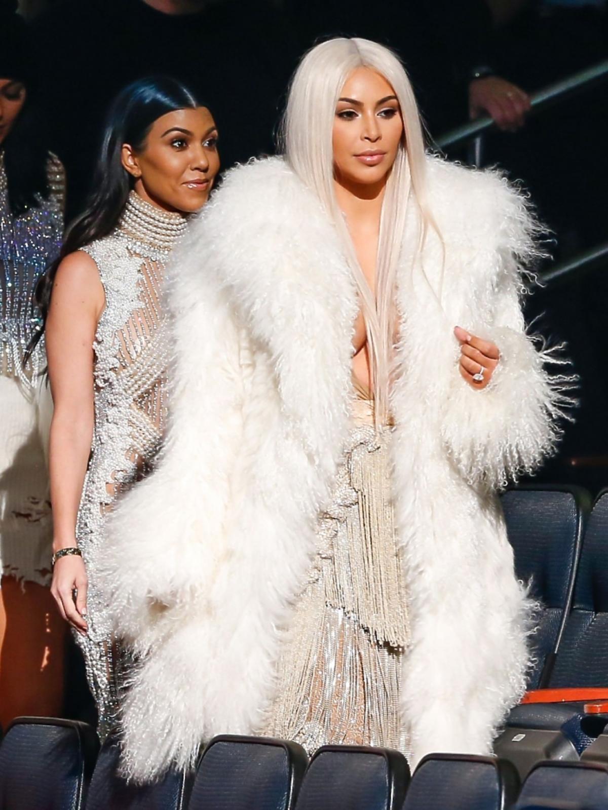 Kim Kardashian w blond włosach na pokazie Kanye Westa