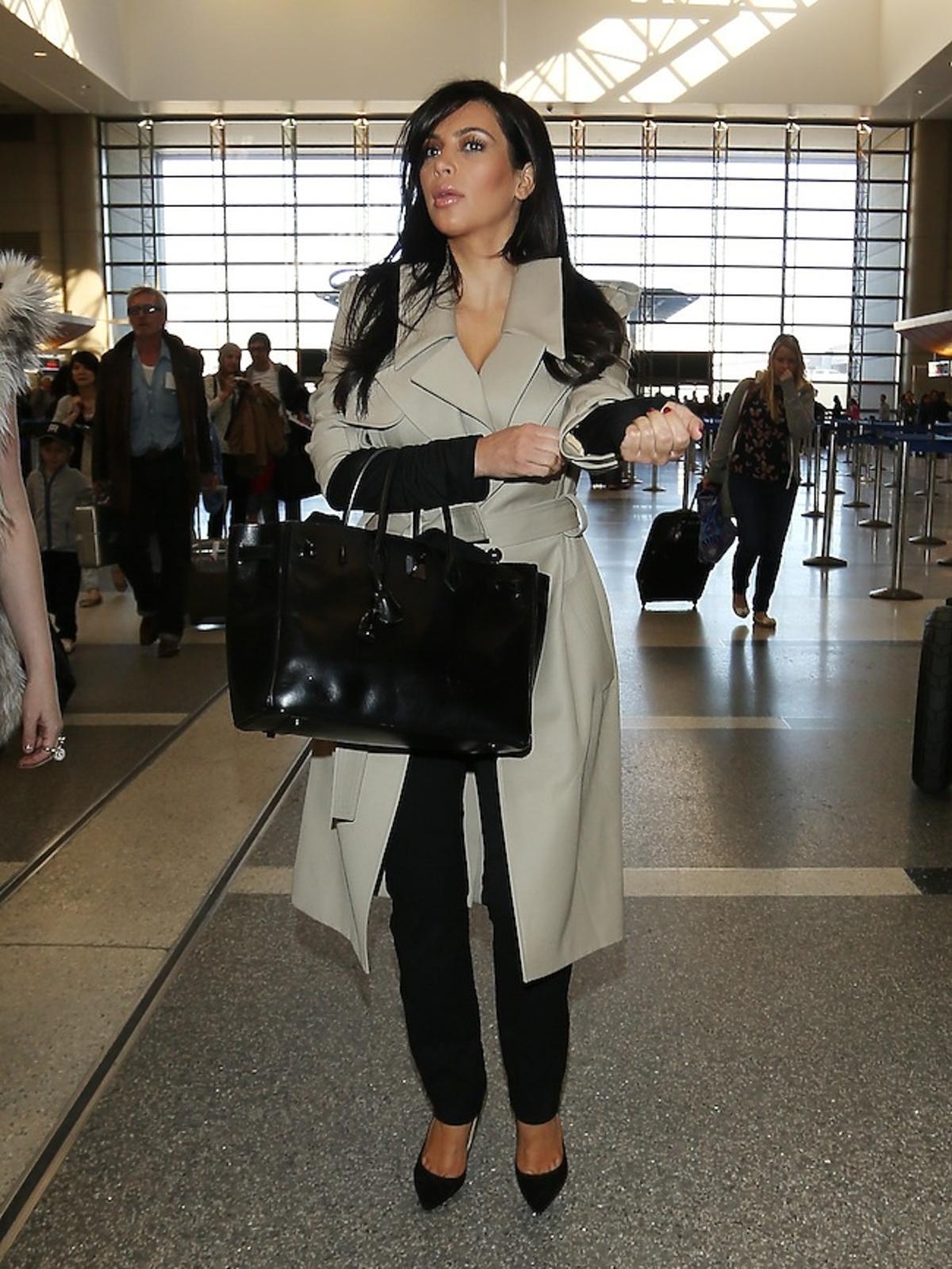 Kim Kardashian w ciąży na lotnisku Lax w Los Angeles