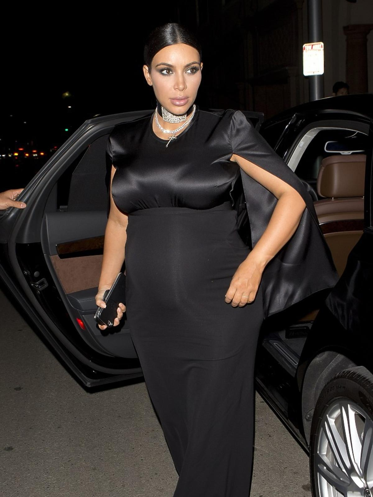 Kim Kardashian w ciąży w czarnej sukni
