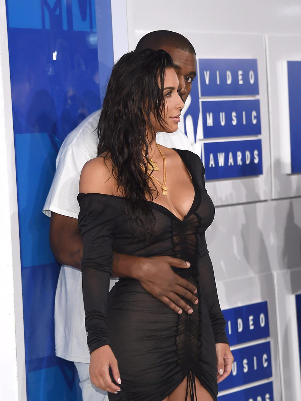 Kim Kardashian w czarnej sukience