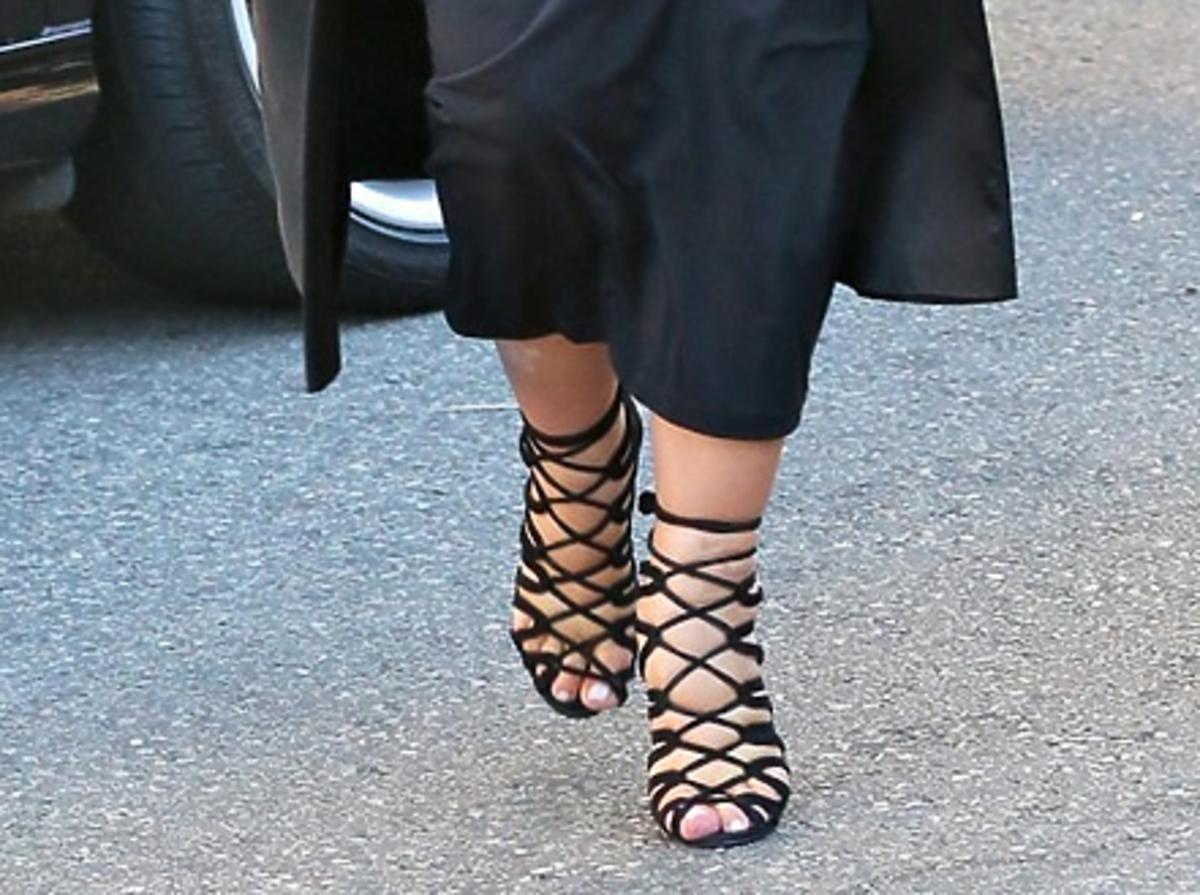 Kim Kardashian w czarnej sukience w ciąży i niewygodnych szpilkach na ulicy