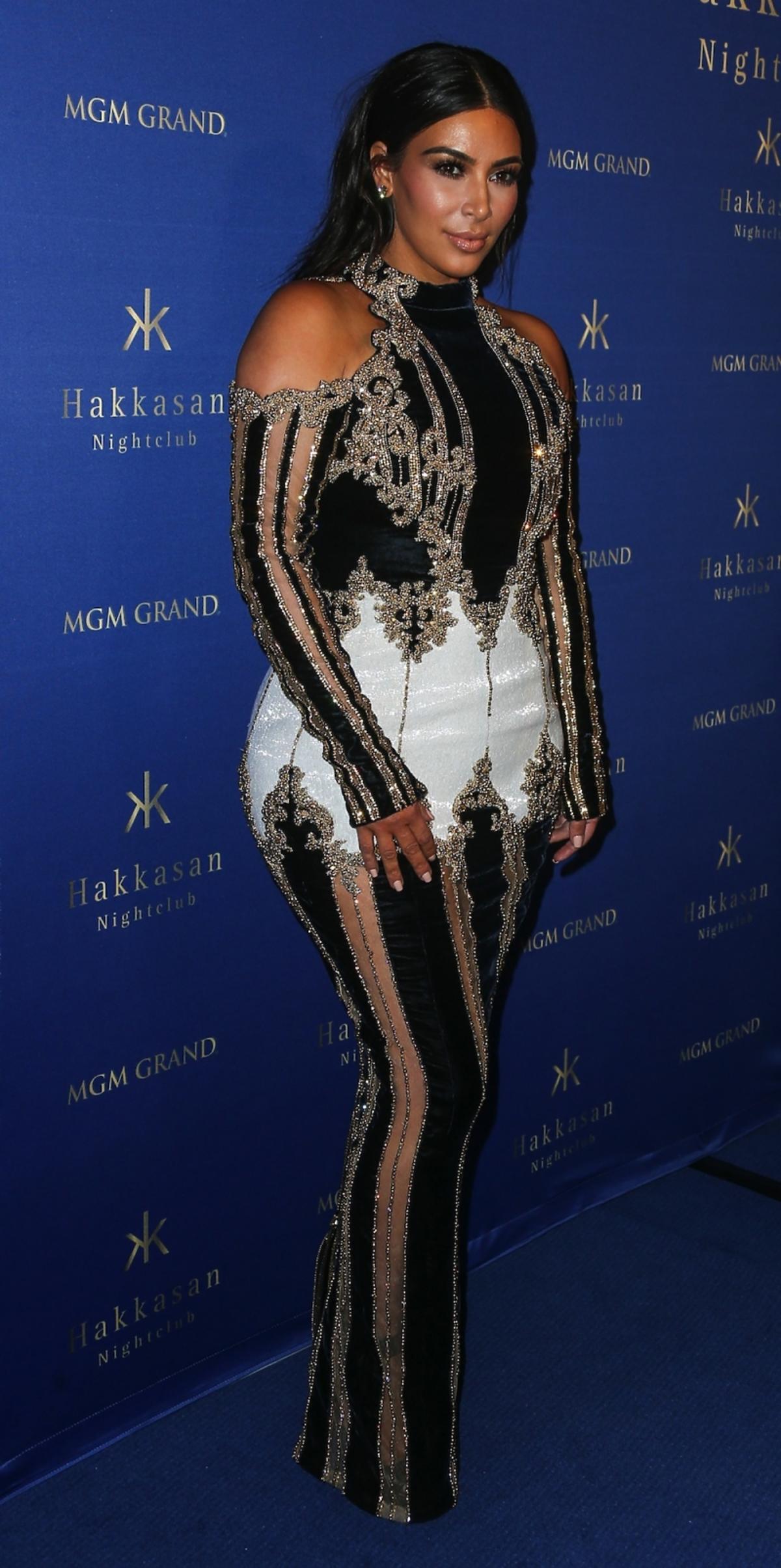 Kim Kardashian w czarno-biało-złotej długiej sukni z odkrytymi ramionami