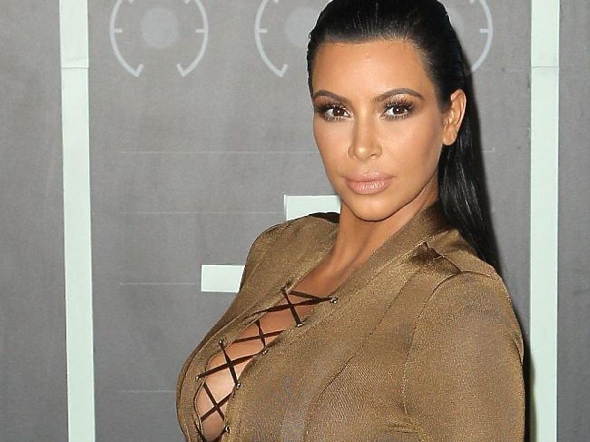 Kim Kardashian w czarnych włosach