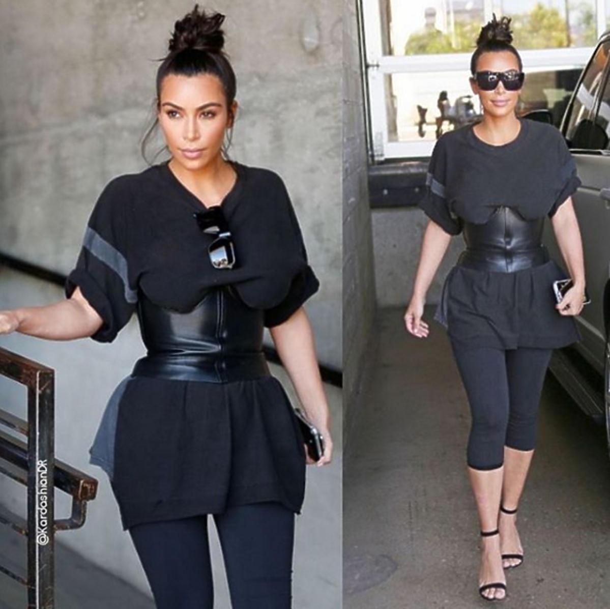 Kim Kardashian w czarnym gorsecie, legginsach i koszulce