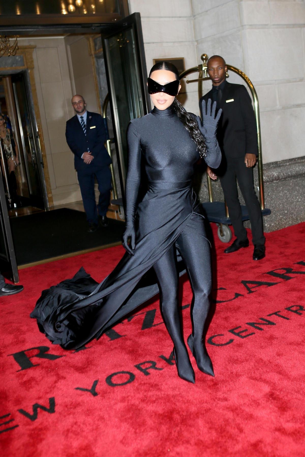 Kim Kardashian w czarnym kostiumie