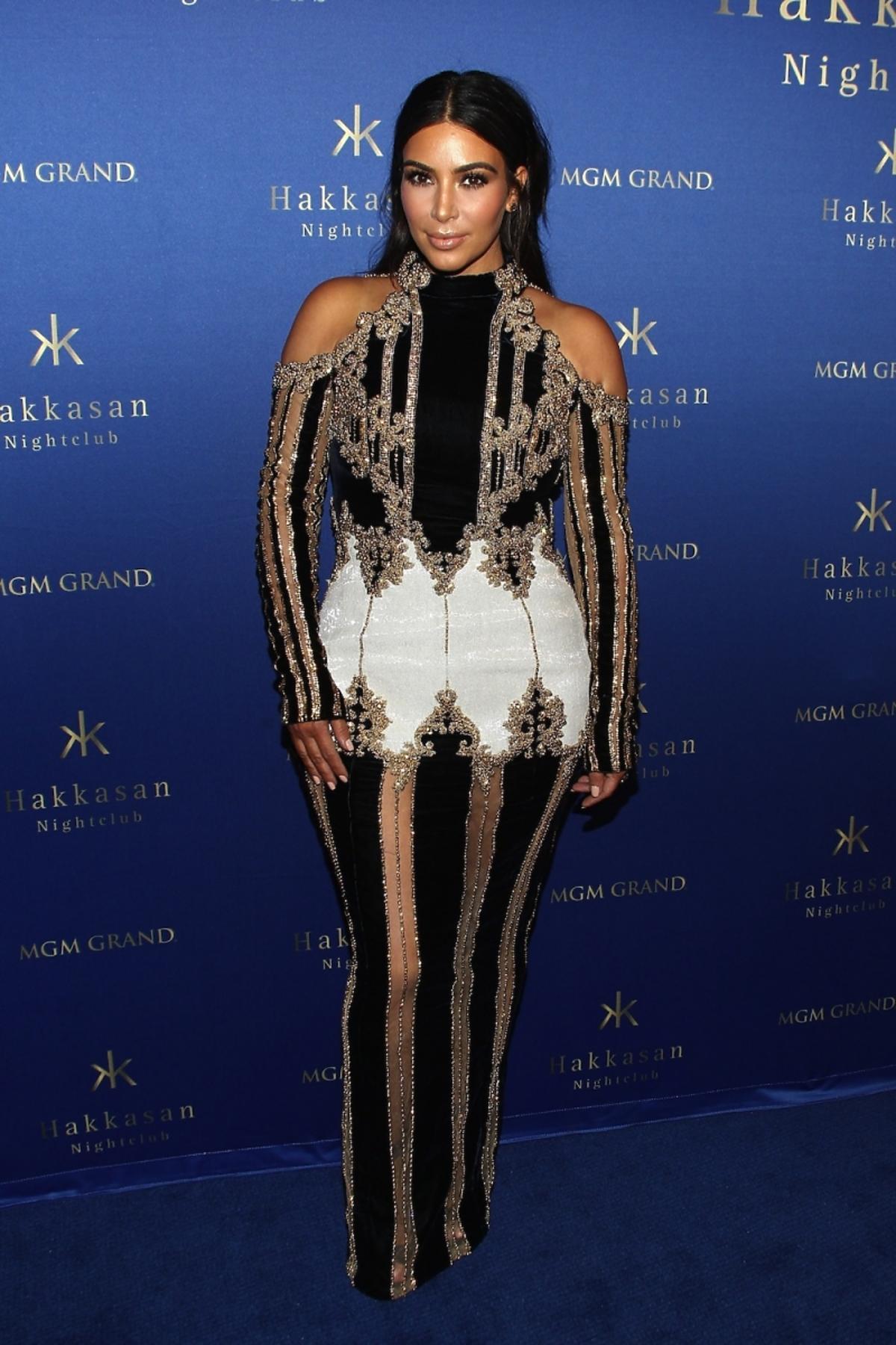 Kim Kardashian w długiej sukni w czarno-złote pasy z odkrytymi ramionami