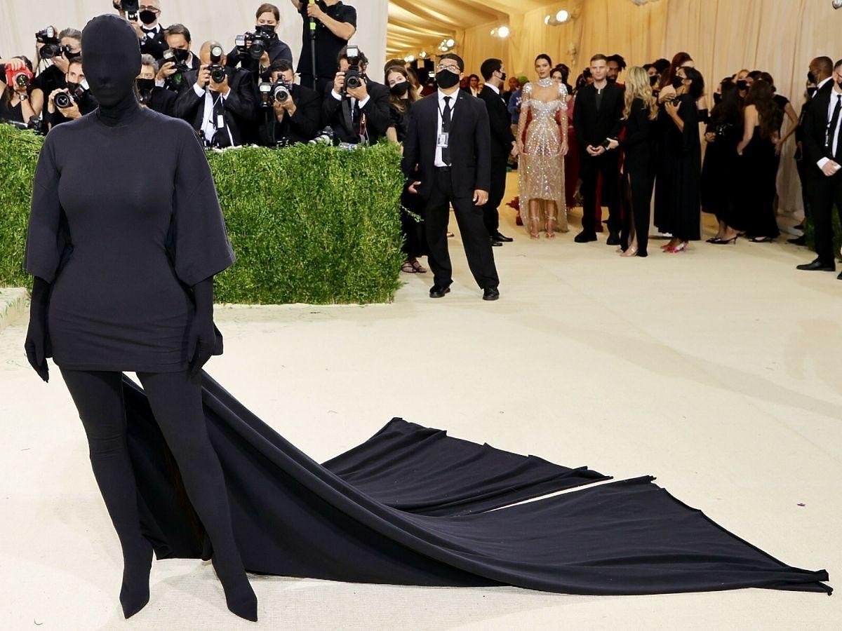 Kim Kardashian w kostiumie Balenciagi