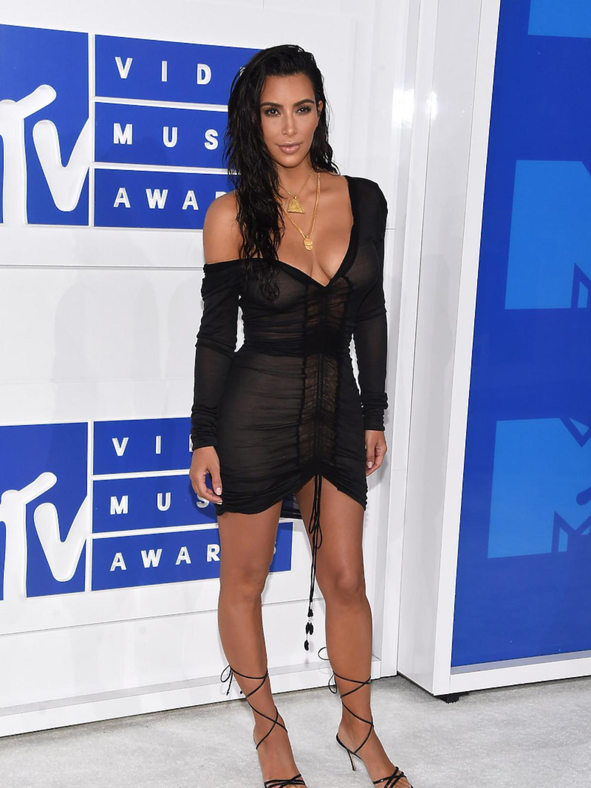 Kim Kardashian w sukience mini