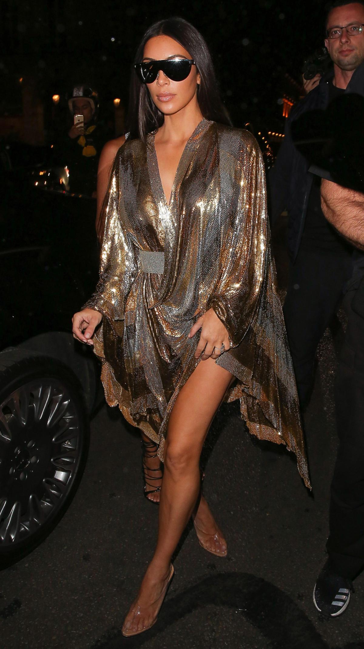 Kim Kardashian w złoto-srebrnej sukience