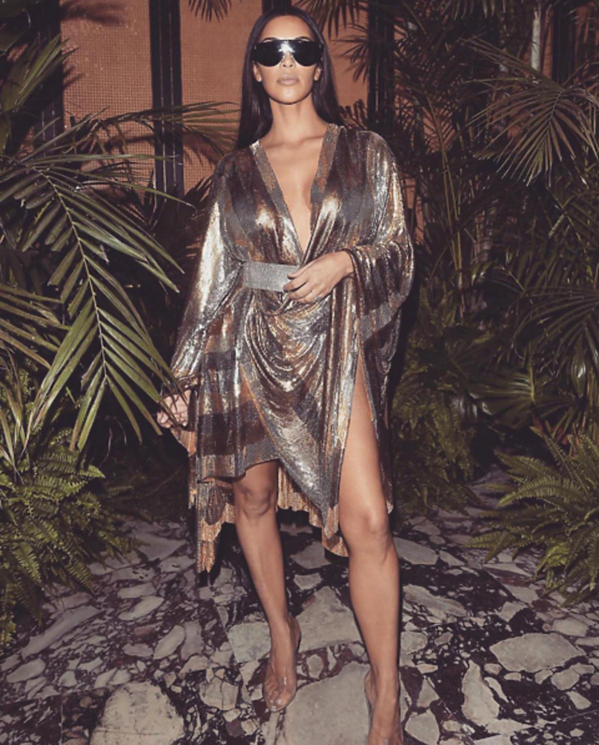 Kim Kardashian w złoto-srebrnej sukience i okularach