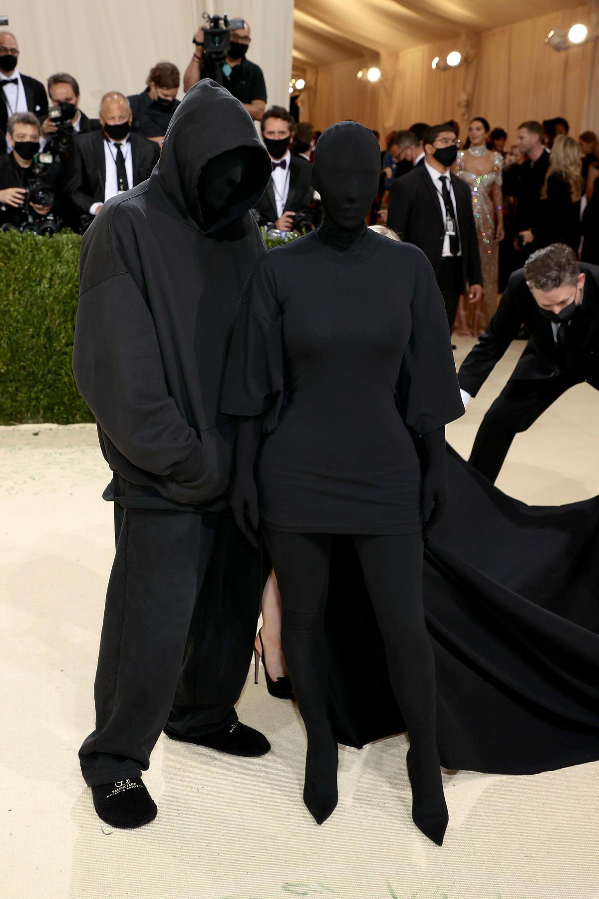 Kim Kardashian zasłania twarz na MET Gali