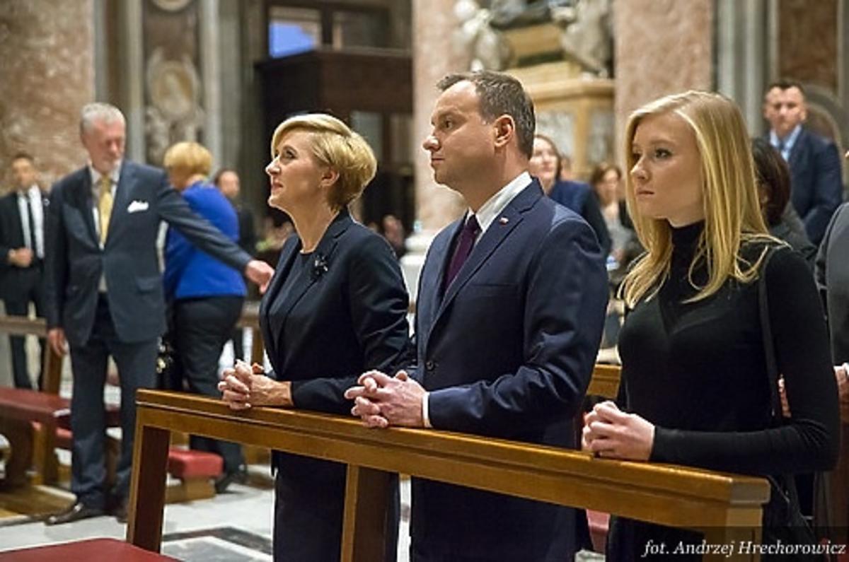 Kinga Duda, Andrzej Duda, Agata Duda w kościele w Rzymie