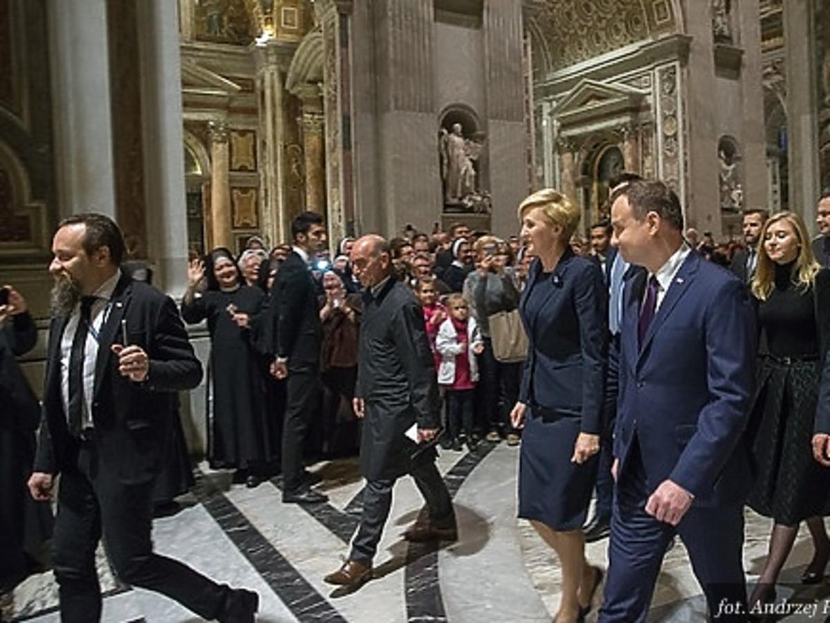 Kinga Duda, Andrzej Duda, Agata Duda wychodzą z kościoła w Waykanie