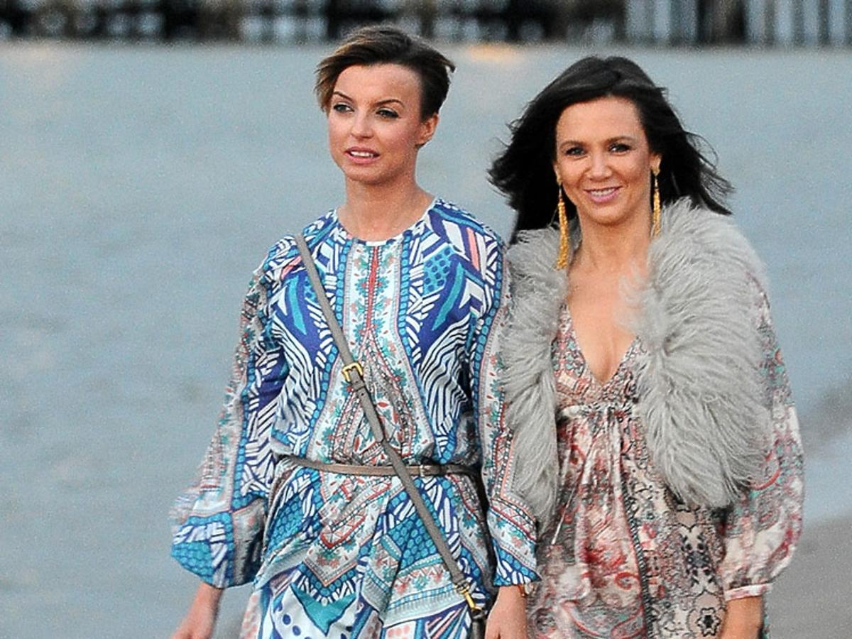Kinga Rusin, Kasia Sokołowska spacerują po plaży w letnich sukienkach