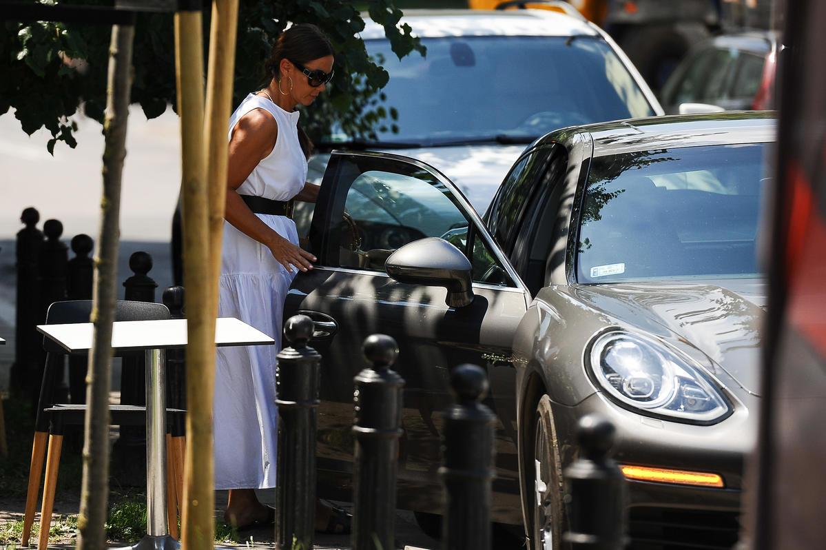 Kinga Rusin w białej sukience