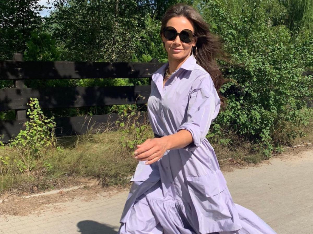 KInga Rusin w fioletowej sukience