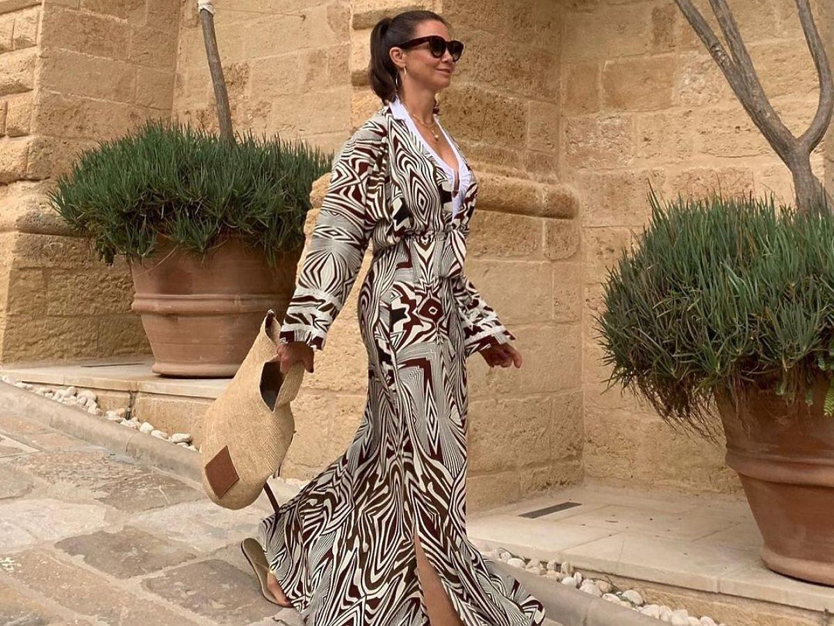 Kinga Rusin w klapkach i sukience maxi
