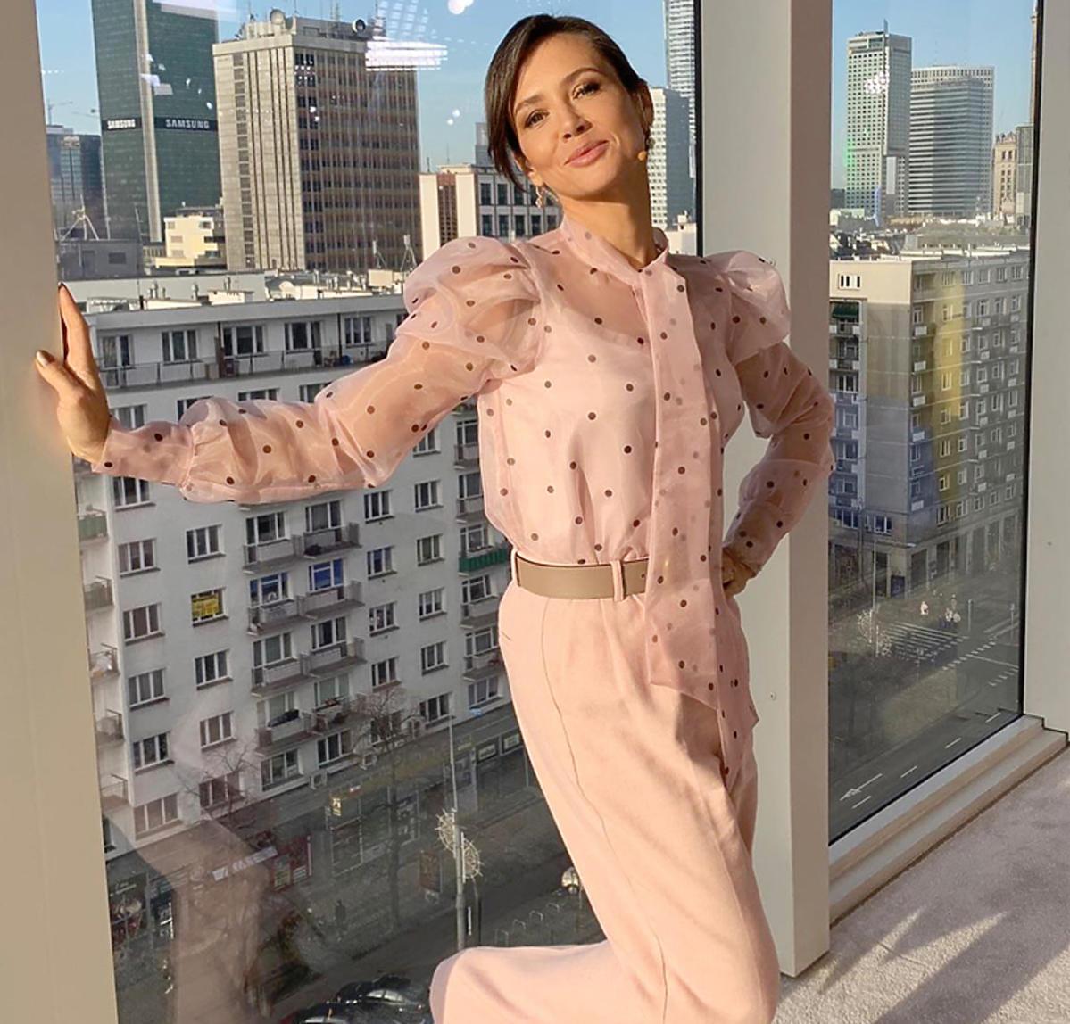 Kinga Rusin w różowej bluzce z organzy