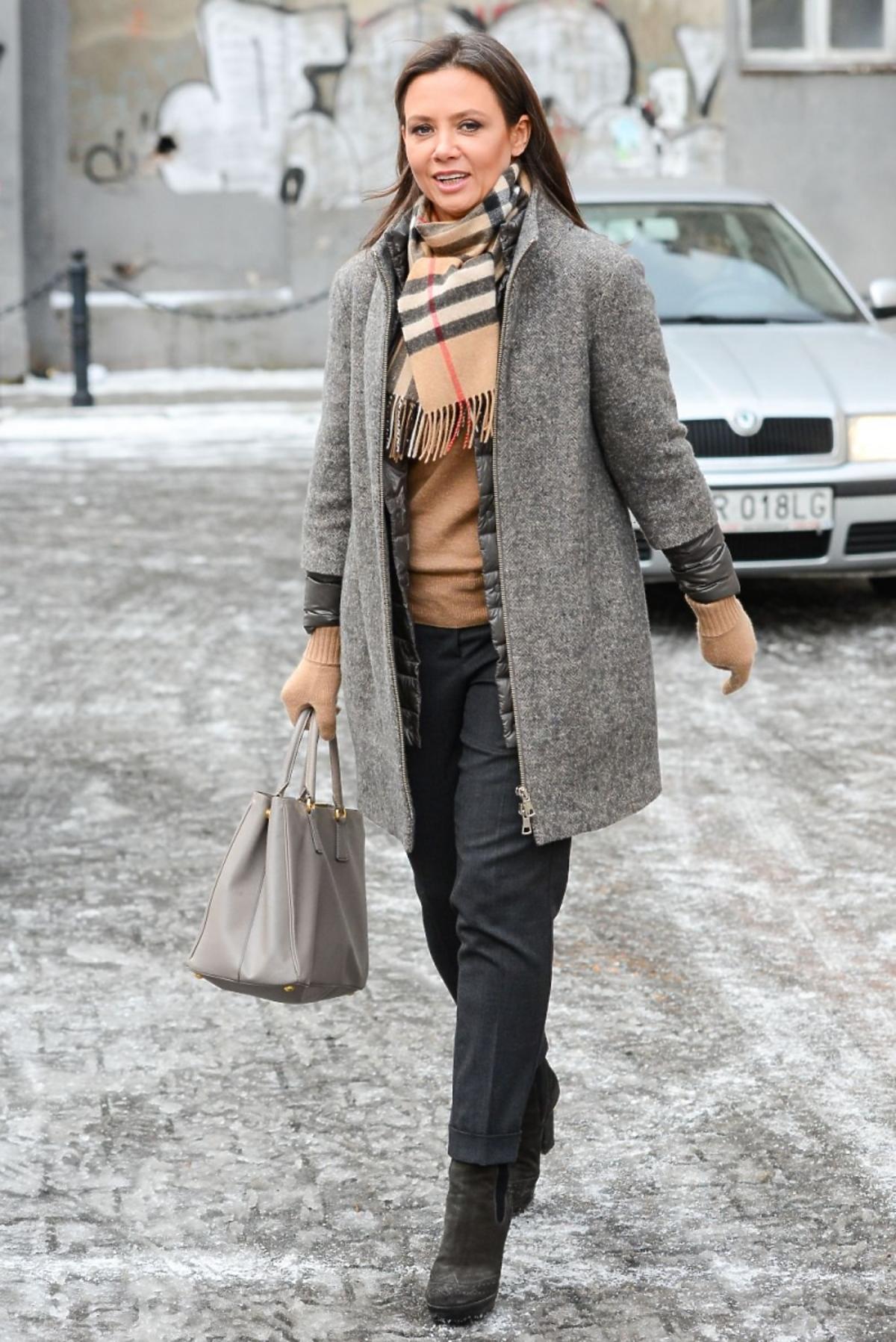 Kinga Rusin w szarym płaszczu