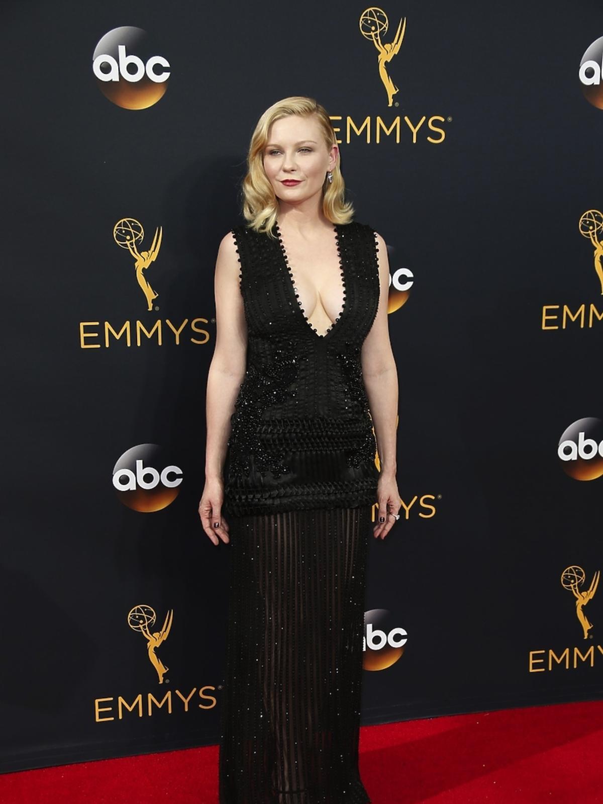 Kirsten Dunst w czarnej sukni z dekoltem