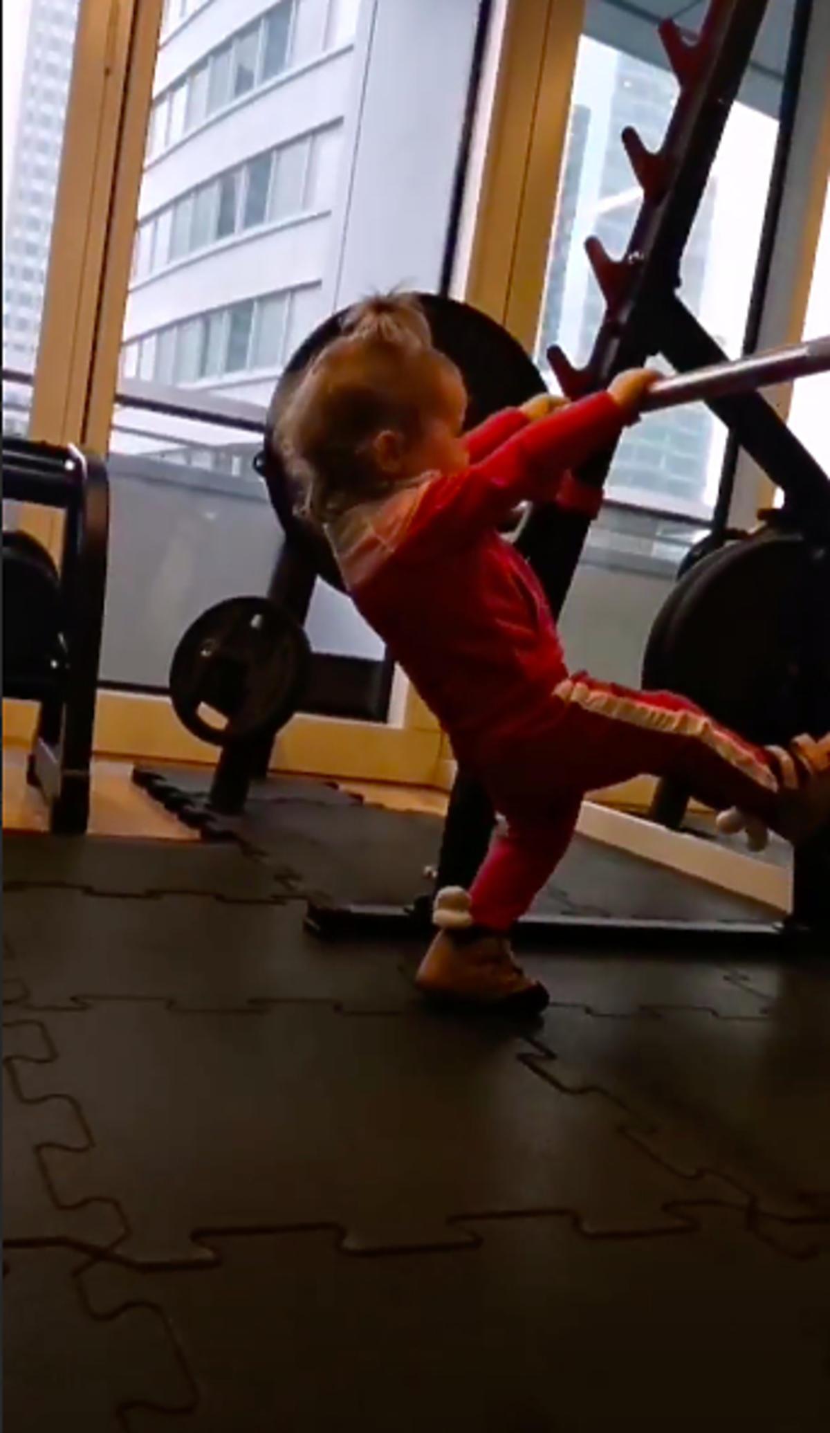 Klara Lewandowska ćwiczy na siłowni