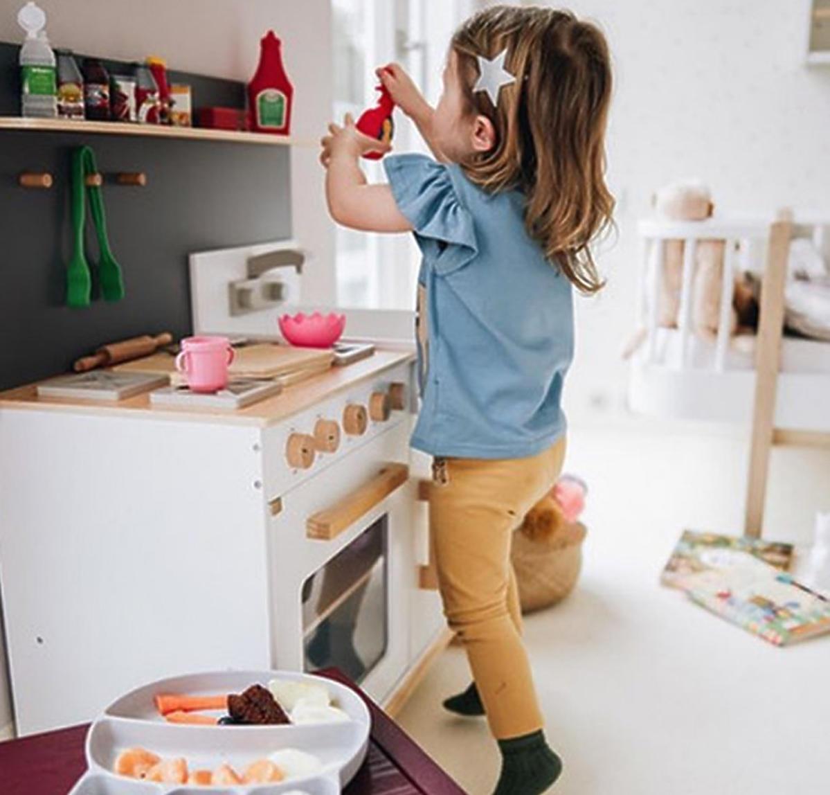 Klara Lewandowska i jej zabawkowa kuchnia