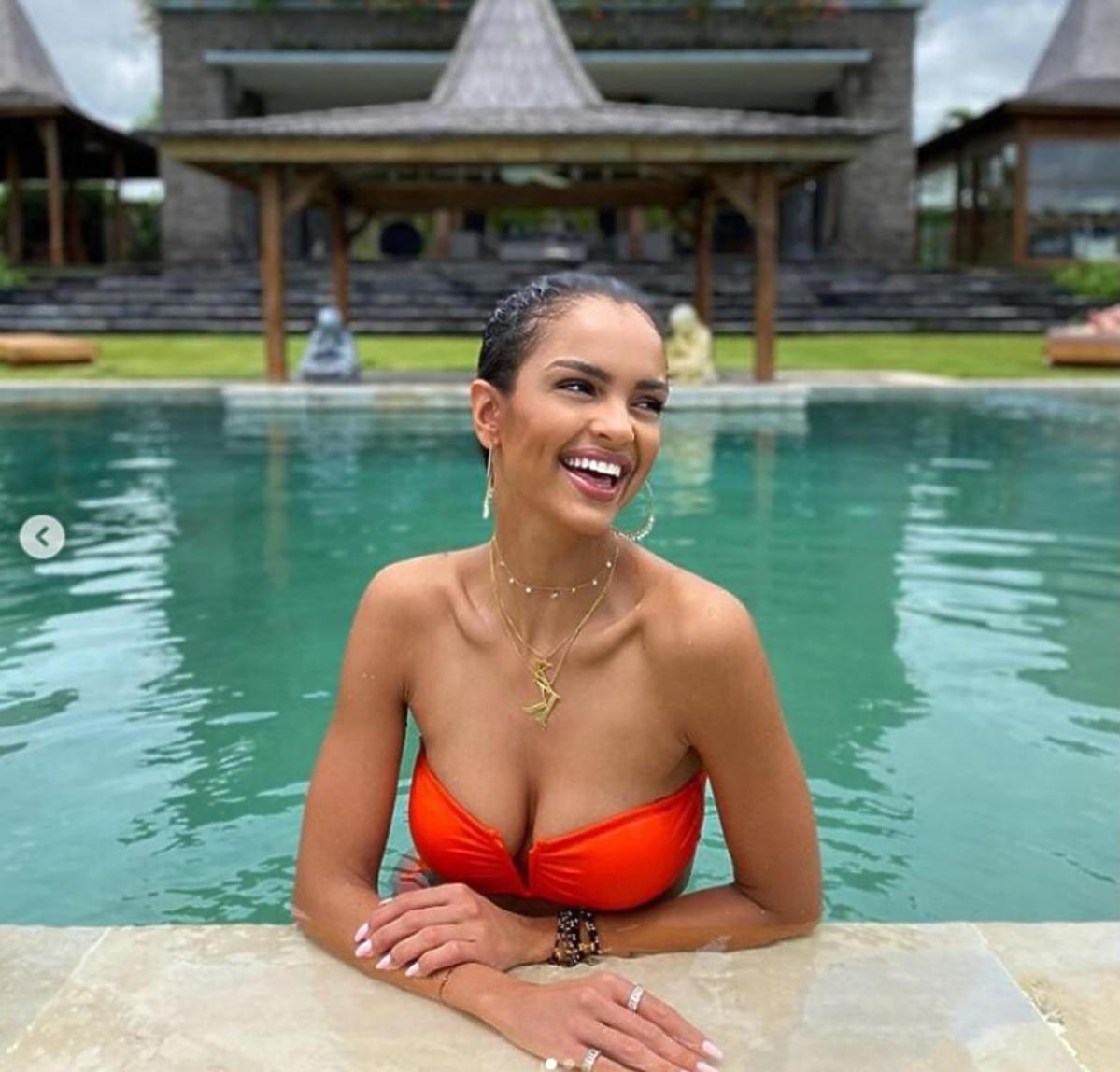 Klaudia El Dursi pozuje w basenie