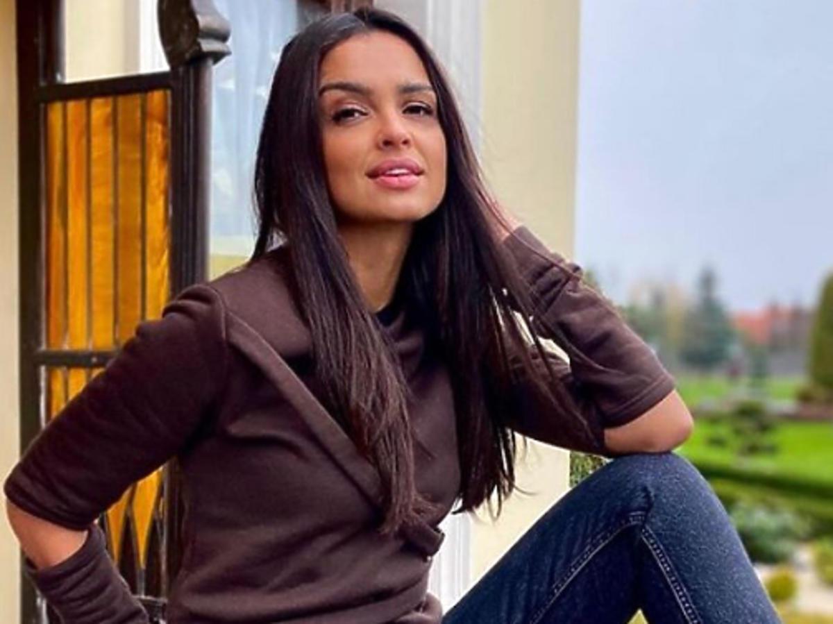 Klaudia El Dursi w brązowej bluzie