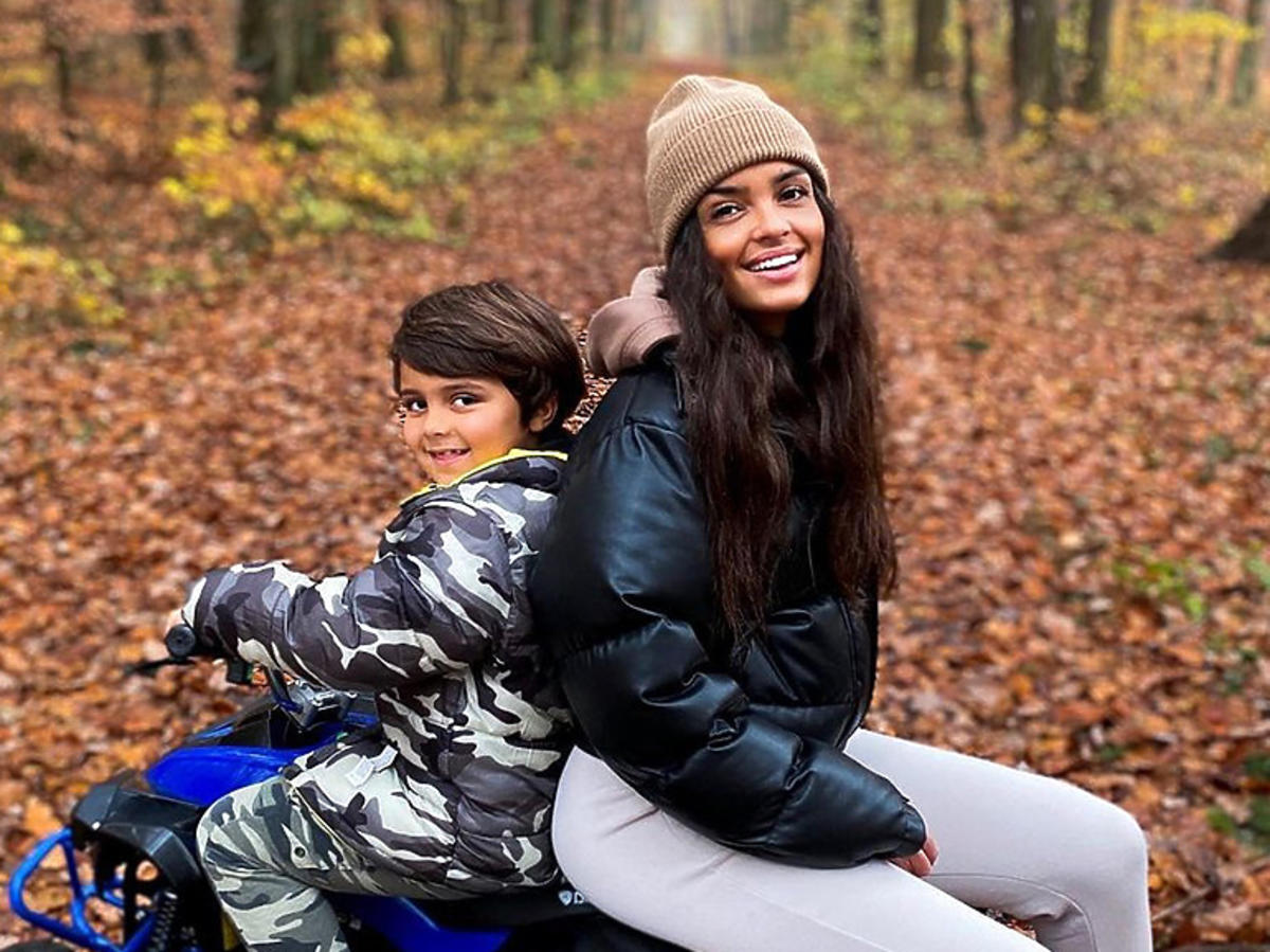 Klaudia El Dursi z synem w lesie